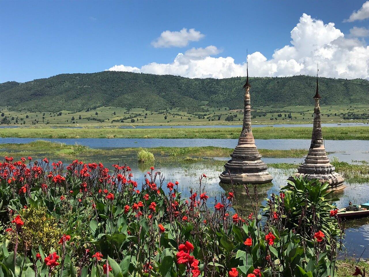 Birma - stupy w jeziorze